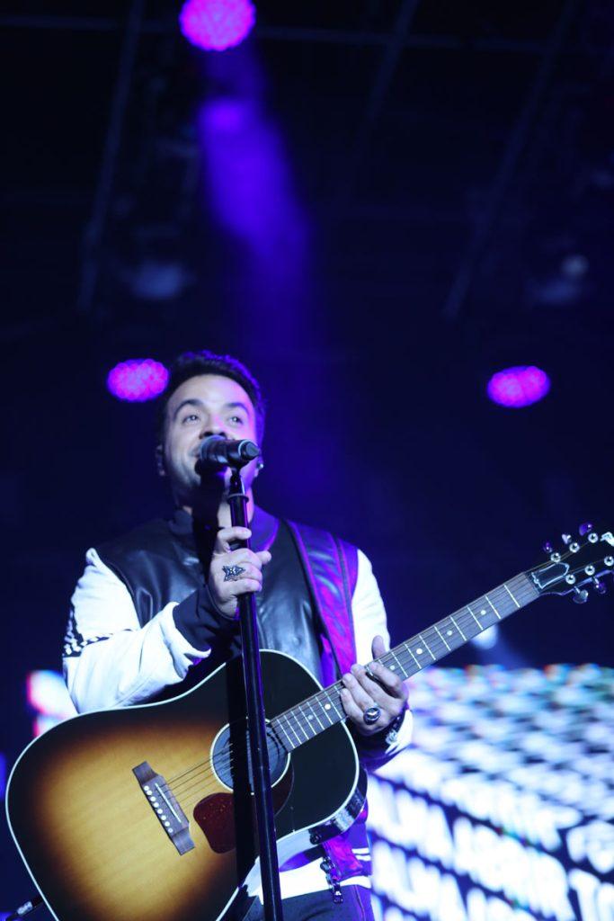 """Fonsi demostró su habilidad con la guitarra y dedicó el tema """"No me doy por vencido"""". (Foto Prensa Libre: Keneth Cruz)"""