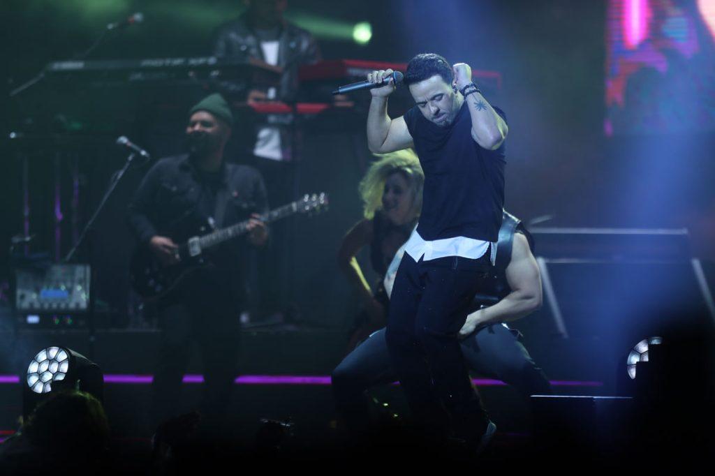 """Fonsi interpretó su éxito """"Despacito"""" y se despidió del escenario. (Foto Prensa Libre: Keneth Cruz)"""