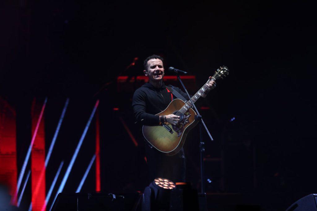 El artista colombiano también demostró su destreza con la guitarra y el público lo ovacionó. (Foto Prensa Libre: Keneth Cruz)