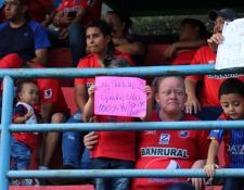 El aficionado rojo le pidió la playera a Alejandro Díaz en el partido de Municipal contra Siquinalá. (Foto Twitter Alejandro Díaz).