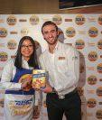 Alejandra Morán, gerente de marcas  Gold Medal y Félix Tejada, coordinador de marca de Pollo Campero. Foto Prensa Libre: Norvin Mendoza