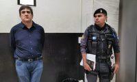 Gustavo Alejos espera la indagatoria con la jueza Erika Aifán. (Foto Prensa Libre: María René Barrientos)