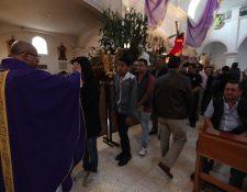 Imposición de la Cruz de Ceniza en la iglesia de San José, zona 1. (Foto Prensa Libre: Óscar Rivas)