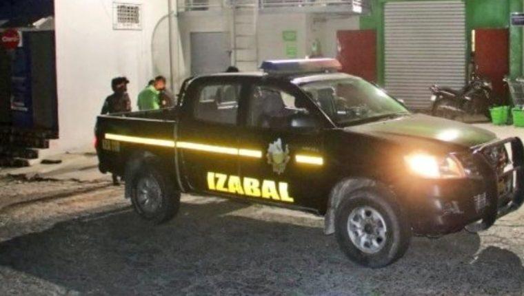 Agentes de la policía se hicieron presentes después de ocurrido el asalto. (Foto Prensa Libre: Mi Morales Digital)