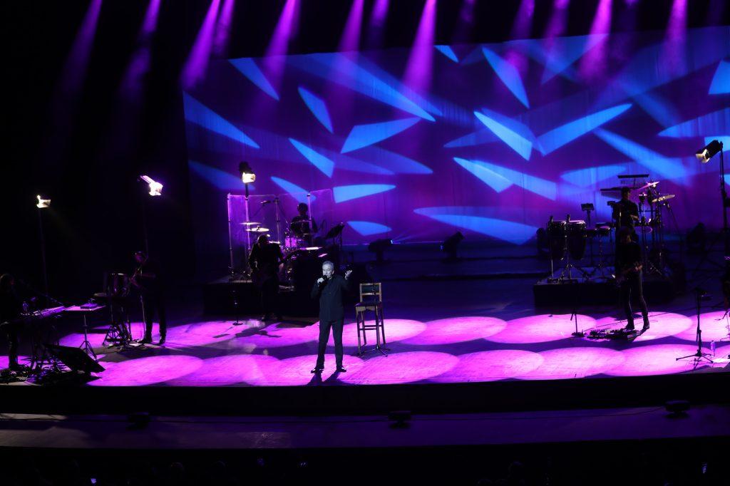 """El cantautor español también incluyó los temas """"Sí"""", """"Canción de otoño"""" y """"Celos de mi guitarra"""". (Foto Prensa Libre: Keneth Cruz)"""