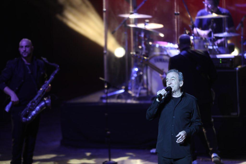 """José Luis Perales concluyó el concierto con los éxitos """"Qué canten los niños"""", """"¿Y cómo es él?"""" y """"Te quiero"""". (Foto Prensa Libre: Keneth Cruz)"""
