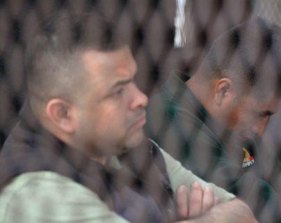 Acusados en el caso de secuestros y homicidios, durante la primera audiencia del juicio contra 20 personas. (Foto Prensa Libre: Byron García)