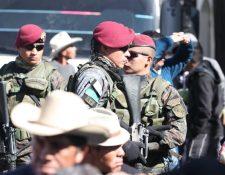Las fuerzas militares mantienen un circulo de seguridad. (Foto Prensa Libre: Raúl Juárez)