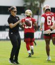 La coach Katie Sowers de los San Francisco 49ers será parte deñ Super Bowl LIV. (Foto Prensa Libre: AFP )