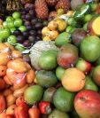 La producción de fruta tropical ingreso al mercado y los consumidores buscan su frescura para aliviar el calor e hidratarse. (Foto Prensa Libre: Carlos Hernández Ovalle)