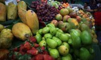 Las frutas tropicales además de refrescantes también son intensan en sus colores que atrae a los consumidores y los comerciantes las ofrecen en los puestos del Mercado Central en la zona 1 de la capital guatemalteca. (Foto Prensa Libre: Carlos Hernández Ovalle)