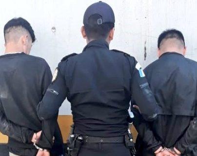 Los dos presuntos pandilleros capturados en Ciudad Peronia, zona 8 de Villa Nueva. (Foto Prensa Libre: PNC).