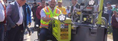 Josué Lemus, ministro de Comunicaciones, inaugura los trabajos para señalizar el tramo vial de 33 kilómetros de Los Encuentros a Santa Cruz del Quiché. (Foto Prensa Libre: CIV)