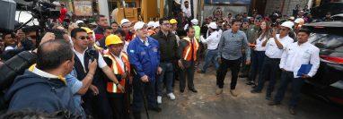 El presidente Alejandro Giammattei colocó este viernes 21 de febrero la primera piedra para la construcción de un paso a desnivel en Cuatro Caminos, Totonicapán. (Foto Prensa Libre: Mynor Toc)