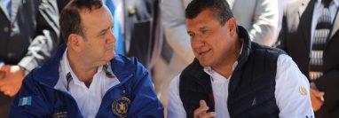 El presidente, Alejandro Giammattei, y el vicepresidente Guillermo Castillo, conversan durante el acto de designación de Pueblo Pintoresco en Salcajá, Quetzaltenango.  (Foto Prensa Libre: Miriam Figueroa)