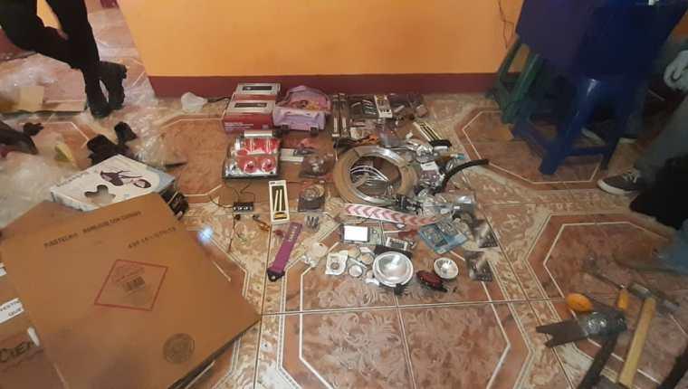 Partes de automóviles fueron encontradas en la guarida de Los quichelenses. (Foto Prensa Libre: MP)