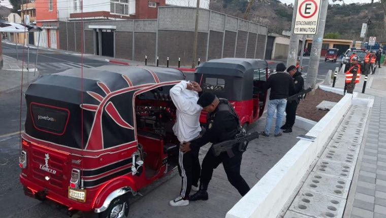 Los puestos de control revisan a conductores de vehículos, taxis y mototaxis. (Foto Prensa Libre: PNC)