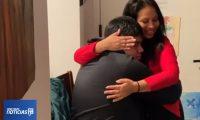 Rosayra abraza a su hijo Jordy quien desea ser abogado. (Foto Prensa Libre: NY1)