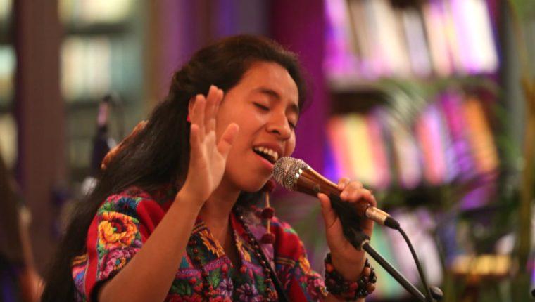 """La cantautora guatemalteca Sara Curruchich promociona su disco """"Somos"""". (Prensa Libre: Keneth Cruz)"""