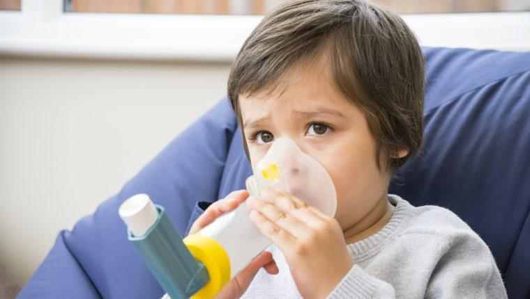 El asma es una enfermedad común en niños que ocasiona inflamación y estrechamiento de las vías respiratorias. (Foto Prensa Libre: Servicios).