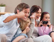 Para algunas familias, los videojuegos son una actividad para compartir. (Foto Prensa Libre: Servicios).