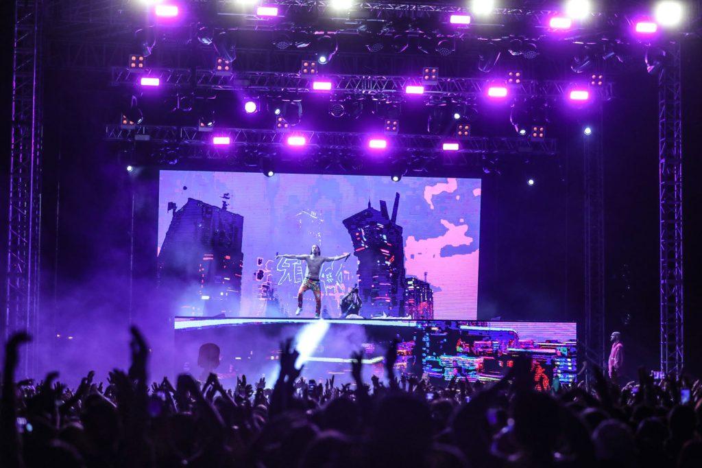 Aoki agradeció el apoyo de los guatemaltecos y prometió regresar al país para brindar otro concierto. (Foto Prensa Libre: Keneth Cruz)