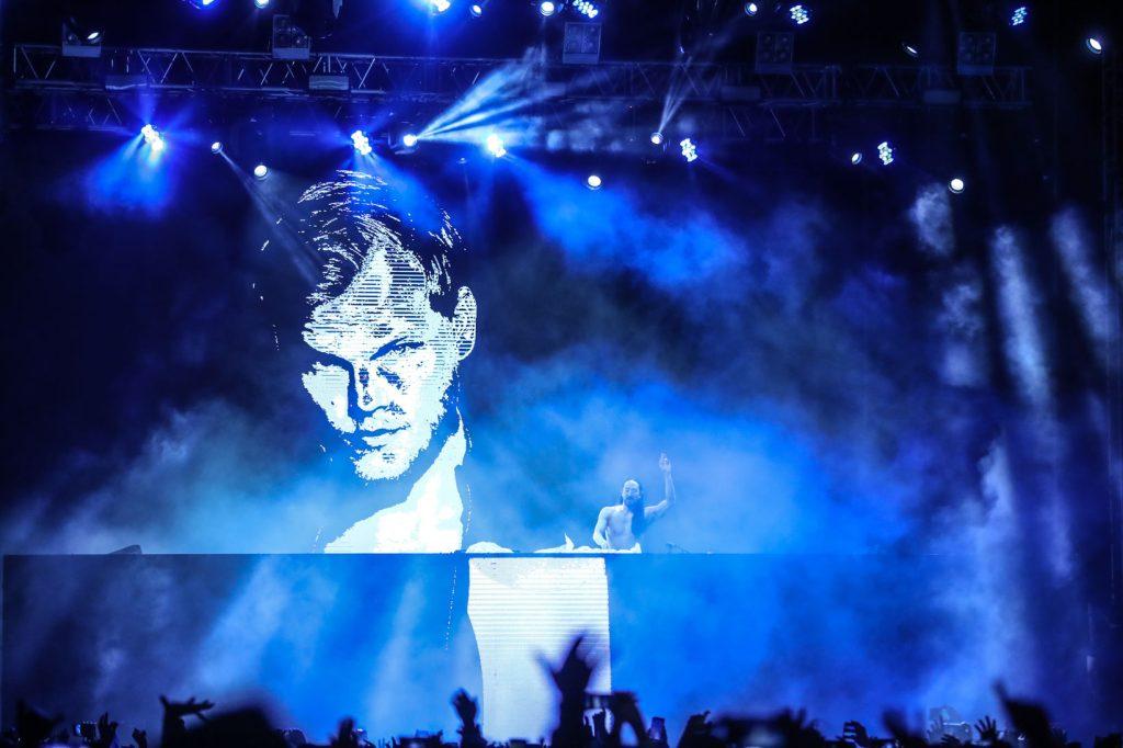 Aoki fue ovacionado al proyectar en pantalla la fotografía de Avicii, Dj sueco que falleció en abril de 2018. (Foto Prensa Libre: Keneth Cruz)