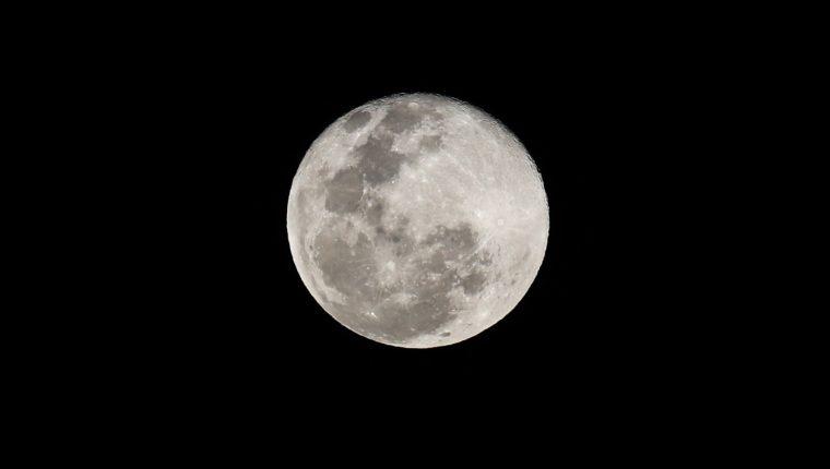 La superluna en la ciudad de Guatemala. (Foto Prensa Libre: Keneth Cruz)