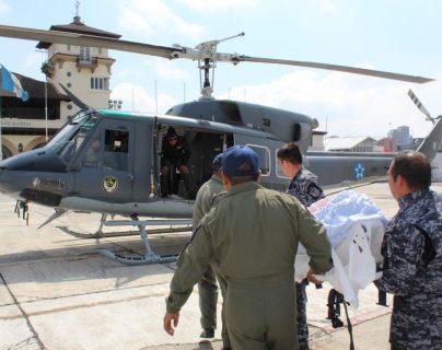 Gladys Tellez fue trasladada vía aérea desde Petén hacia el Hospital Regional de Escuintla. (Foto Prensa Libre: Ejército de Guatemala).
