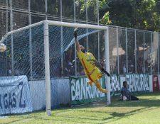 De tiro libre Agustín Herrera venció al portero de Iztapa, Liborio Sánchez. (Foto Prensa Libre: Carlos Paredes)