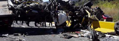 El vehículo del transporte pesado quedó partido por el fuerte impacto. (Foto Prensa Libre: tráficogt)