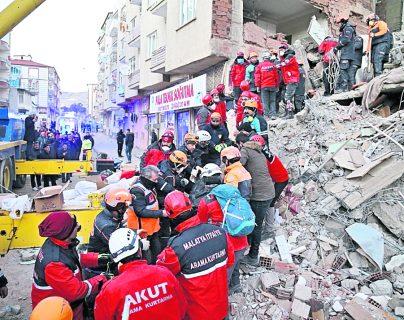 Los equipos de rescate recuperan un cuerpo de los escombros de un edificio destruido después de un terremoto ocurrido en  Turquía, el 25 de enero último. (Prensa Libre: EFE)