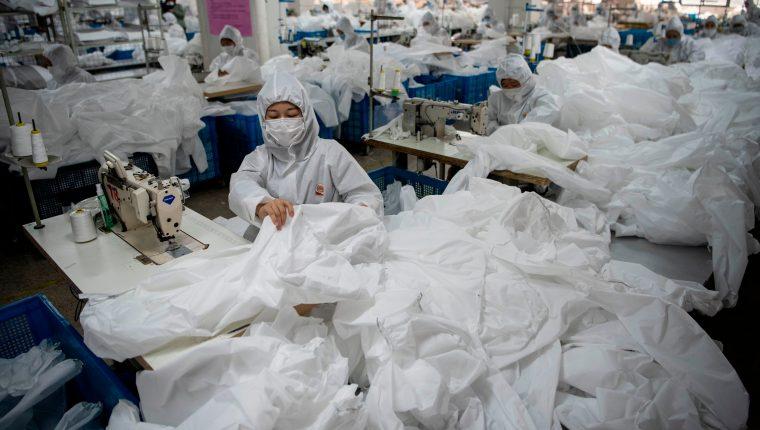 En la fabrica de Ugly Duck, en Wenzhou, los empleados fabrican a marchas forzadas. (Foto AFP)