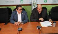 Orlando Blanco (derecha) durante la conferencia de prensa. (Foto Prensa Libre: Érick Ávila).