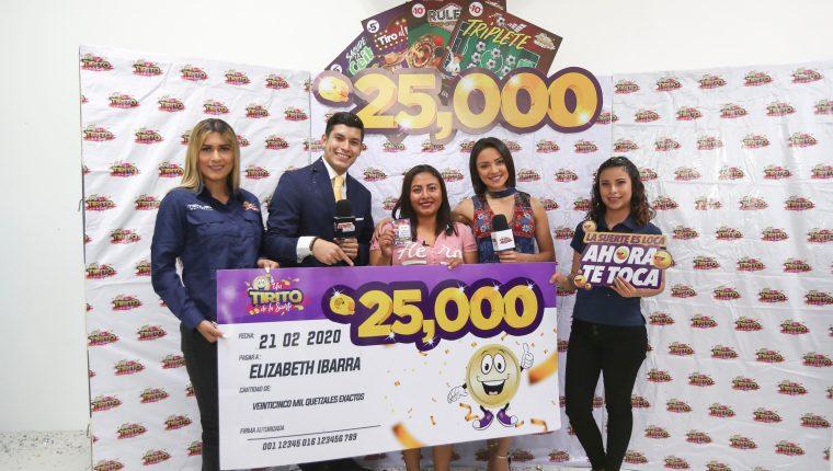 Elizabeth Ibarra fue la afortunada ganadora de 25 mil quetzales. Foto Prensa Libre: Norvin Mendoza