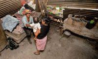 EFECTO CANÍCULA JALAPA. Visita a la comunidad de Los Magueyes del Departamento de Jalapa donde la canícula prolongada afectó en la cosecha de las familias de la comunidad. Hay niños y adultos con desnutrición y el gobierno prometió bonos y vales de ayuda humanitaria pero éstos nunca llegaron. En la imagen, vivienda de la familia Agustín Pérez, quienes se vieron afectados por la canícula. Los abuelos, José Dolores Agustín, la abuela Ángela Pérez y la nieta Karla Elizabeth.
