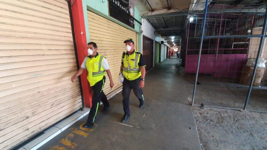 Los corredores del mercado de Puerto Barrios fueron recorridos por los empleados municipales quienes evacuaron a las personas. Foto Prensa Libre: Dony Stewart