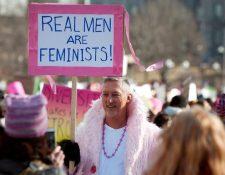 """""""Los hombres de verdad son feministas"""", dice el cartel de un hombre que participa de una protesta feminista en Estados Unidos."""