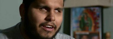 Lucio Delgado nació ciego y se mueve con la ayuda de un bastón.