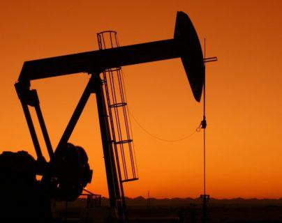 El petróleo registró su peor caída en las últimas tres décadas.