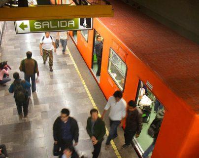 El color naranja de los vagones es característico del metro de la Ciudad de México.