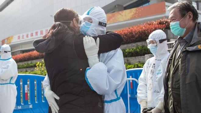 El virus trae desesperación en muchos sentidos en el mundo, pero también genera actos de bondad. AFP