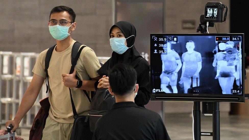 Coronavirus: los detectives que están en una carrera por contener el covid-19 en Singapur