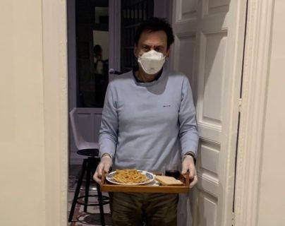 Carlos tiene que estar confinado en una habitación de su casa.