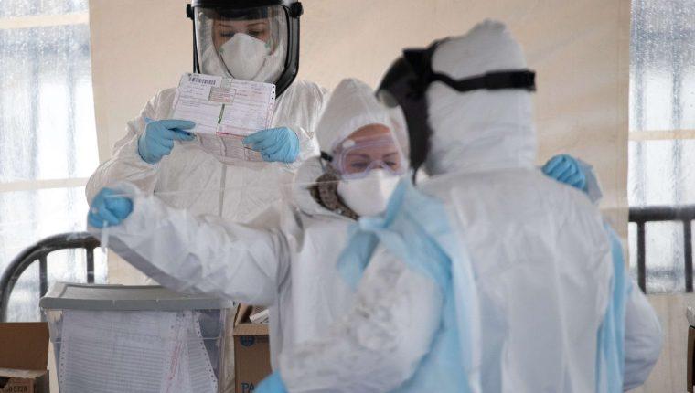 Trabajadores sanitarios en un centro de toma de pruebas del nuevo coronavirus en Stamford, Connecticut, Estados Unidos. (Foto Prensa Libre: AFP)