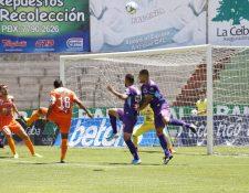Acción durante el partido entre Antigua y Sanarate. (Foto Prensa Libre: Julio Sicán)