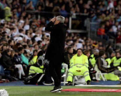 El entrenador del FC Barcelona Quique Setién se lamenta la derrota en el Bernabéu. (Foto Prensa Libre: EFE)