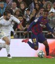 El defensa del Real Madrid Daniel Carvajal (i) lucha con Anssumane Fati, del FC Barcelona. (Foto Prensa Libre: EFE)