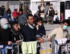 Migrantes buscan asilo en las costas de Grecia y serán llevados a un campo de refugiados. (Foto Prensa Libre: EFE)