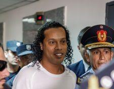 Ronaldo de Assis Moreira, Ronaldinho, llegaó el viernes al Palacio de Justicia para comparecer ante el juez Mirko Valinotti, en Asunción (Paraguay). (Foto Prensa Libre: EFE)
